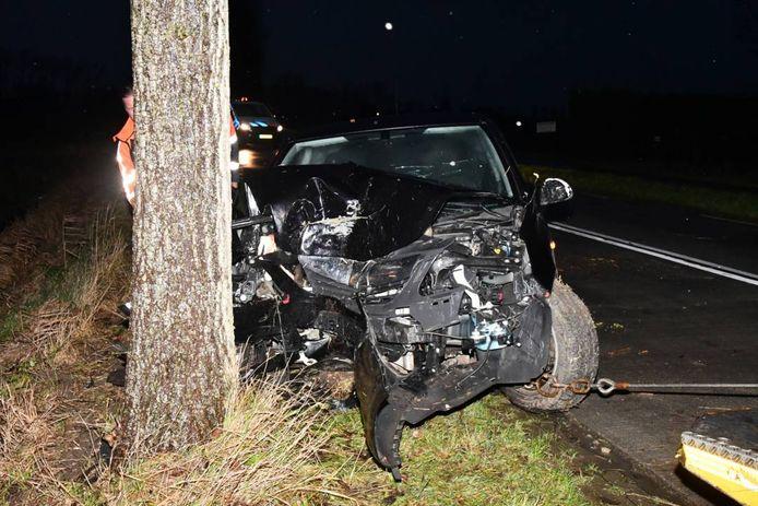 Het voertuig raakte zeer zwaar beschadigd.