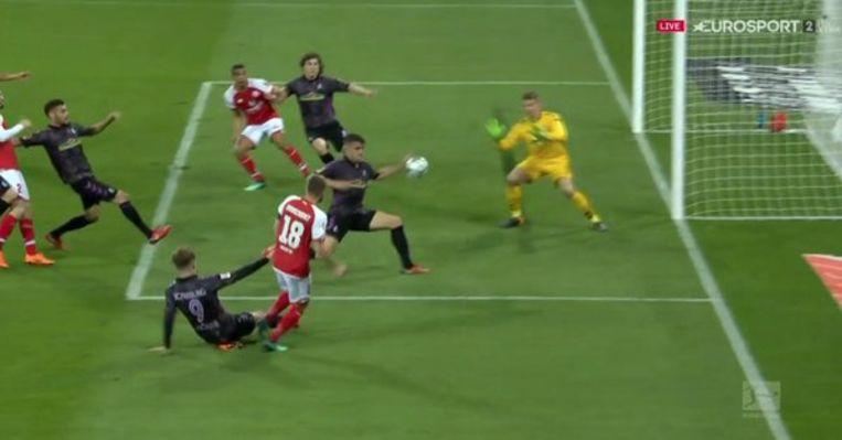 De bal ging duidelijk tegen de hand van Marc-Oliver Kampf.