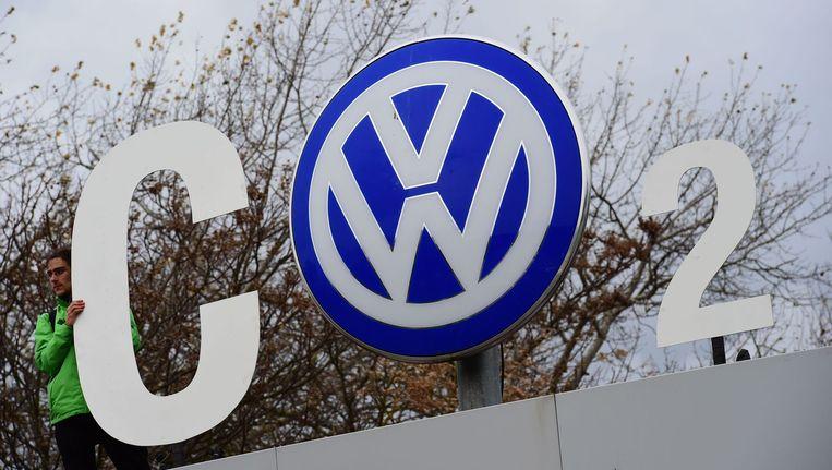 Een activist van Greenpeace protesteert tegen Volkswagen. Beeld AFP