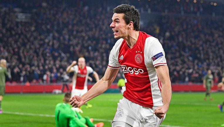 Nick Viergever balt zijn vuisten nadat hij op 23 februari in de Europa League het enige en winnende doelpunt van Ajax heeft gescoord tegen Legia. Beeld Guus Dubbelman / de Volkskrant