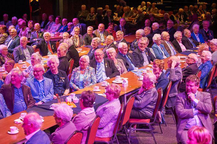 Een druk bezochte bijeenkomst voor (oud-) gedecoreerden in De Pas.