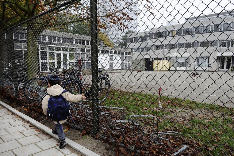 Archieffoto: Een jongetje loopt naar de Joodse school het Cheider. Beeld anp