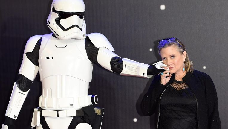 Carrie Fisher met een stormtrooper bij de Europese première van Star Wars: The Force Awakens Beeld epa