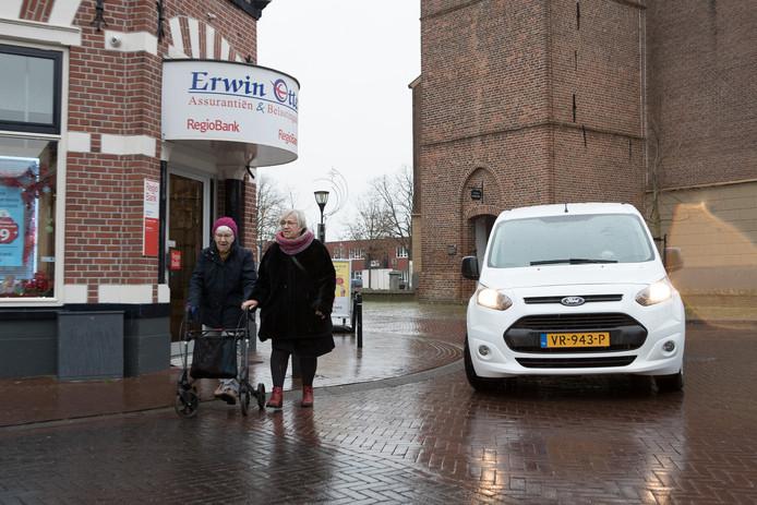 Vooral ouderen ervaren het oversteken op het Rondje om de Nicolaaskerk in Heino als een gevaarlijke onderneming.