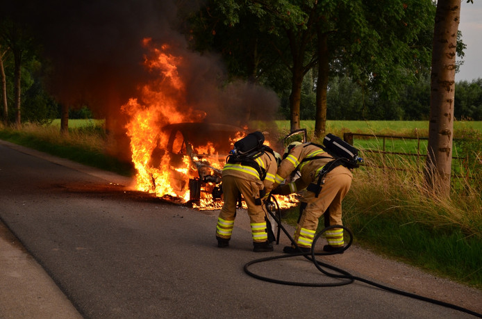 De auto is door de brand volledig verwoest.