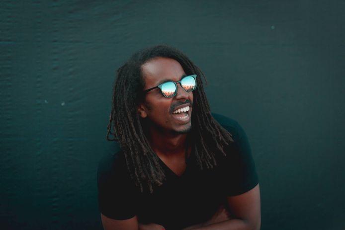 Sam organiseert hardcore dancefeesten en moet steeds weer uitleggen waarom hij als Bob Marley op het verkeerde feest is beland.