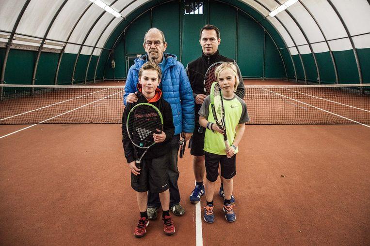 Een Gents tennisgeslacht: Otto (links) met broer Wolf, papa Boris en opa Daniël.