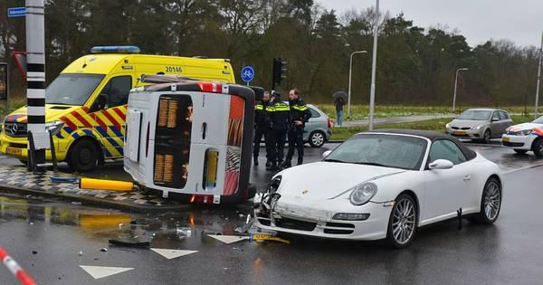 Busje belandt op zijn kant na botsing met Porsche in Tilburg.