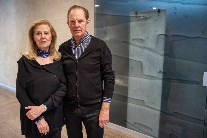 Lida Calis en Ed Verstappen in 'rouwkleding' voor een van de weinige glaspanelen die nog over zijn na de renovatie van het stadshuis.