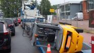 Heftruck dendert van trailer