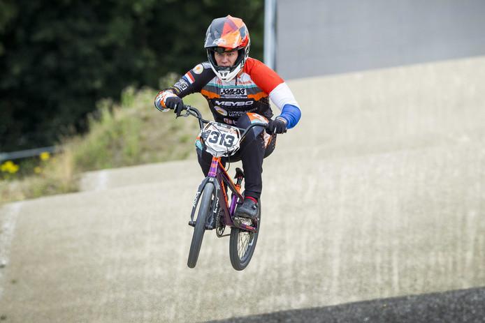 Niek Kimmann in actie tijdens de laatste training voor de UCI BMX World Championships op Sportcentrum Papendal.