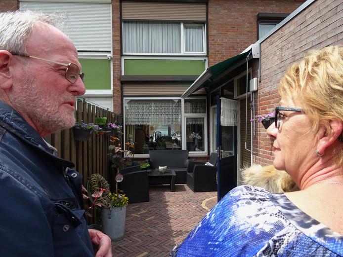 Mans de Jong in gesprek met Marian de Bruijn in haar tuin. ,,Vogels brengen leven in de wijk'', vinden zij beide.