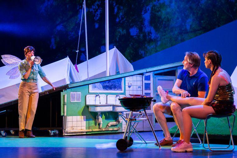 Scène uit Single Camping, met vlnr Ilse Warringa, Peter Blok en Elise Schaap Beeld Raymond van Olphen