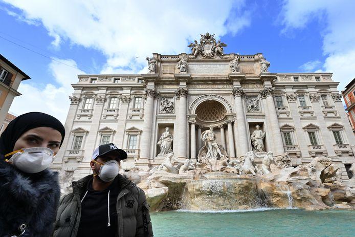 Toeristen dragen mondkapjes in Rome. In de stad zijn ook dure mondkapjes van modemerken als Gucci en Prada te kopen.