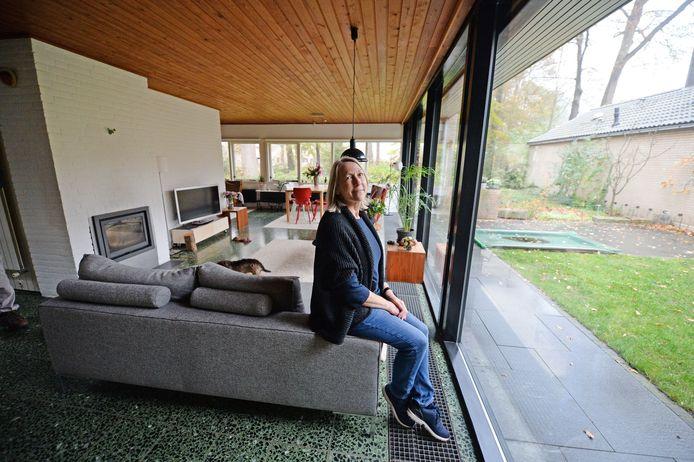 """Willemien Zantinge woont in een van de huizen die door haar vader Nico Zantinge zijn ontworpen. """"De band met buiten, met het oude bos dat hier lag, was voor mijn vader essentieel."""""""