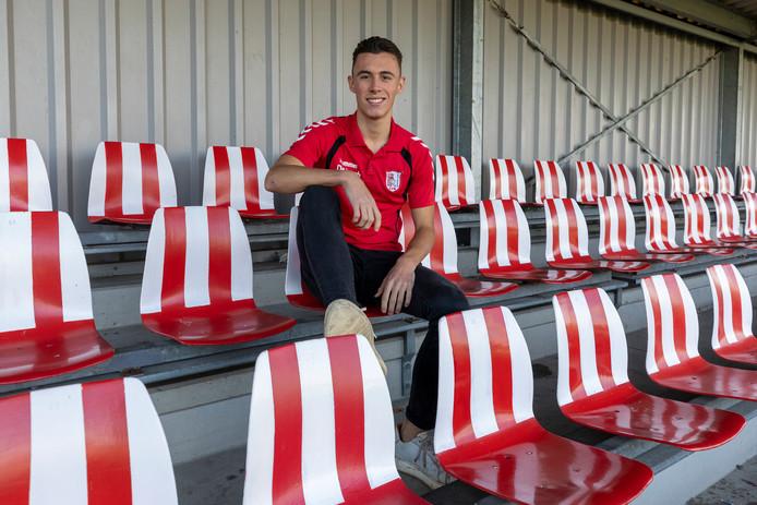 De 18-jarige middenvelder Boris Pijlman poseert op de tribune van de 'streepjes'.