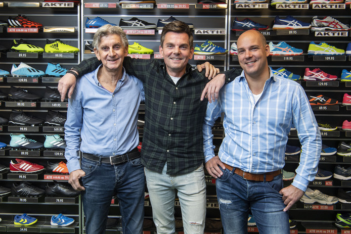 Jan en zoon Dennis (midden) Schefer met medewerker Maikel Pol (rechts) van sportzaak Eurosport in Borne.