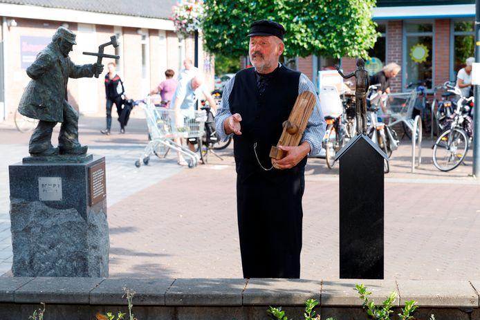 De Hellendoornse dorpsomroeper Klepperderk komt tijdens een digitale  wandelroute langs zijn eigen beeldje op de Schapenmarkt.