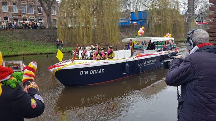 ZKH Jeugdprins Jippe I van Oeteldonk kwam zaterdagmorgen volgens traditie met d'n Draak aan.