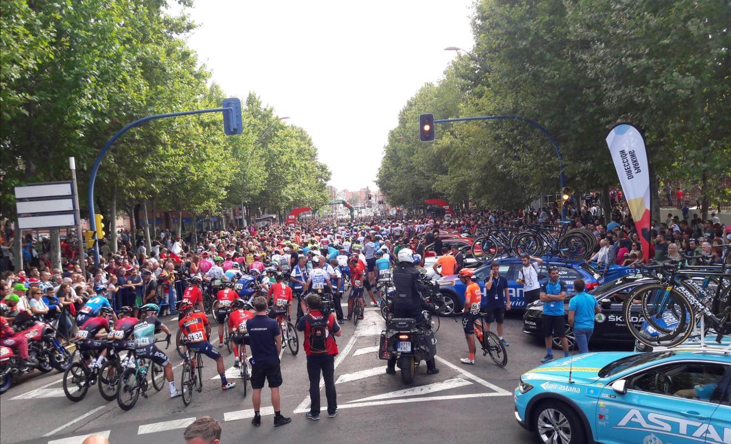 Drukte bij de start van de laatste etappe van de Ronde Van Spanje 2019.