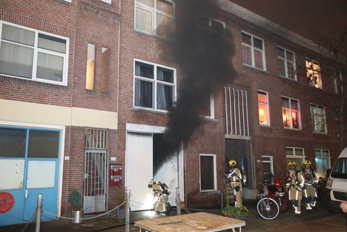 Zes woningen in de Bloemfonteinstraat in Den Haag zijn vanavond omstreeks 19.00 uur ontruimd nadat er brand was uitgebroken in een inpandige garage. Niemand raakte gewond.