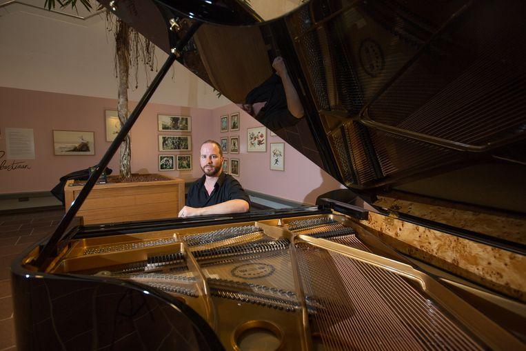 Wouter Dewit aan zijn piano, klaar om een nieuw topstuk te componeren.