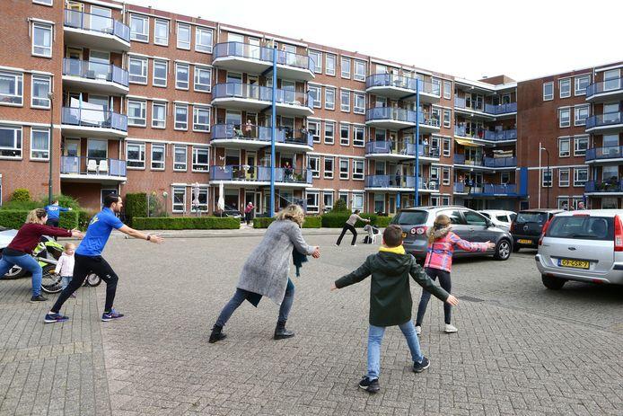 Sportcoach Maarten Hendrickx brengt de bewoners van de Wielinghof in Hardinxveld-Giessendam in beweging