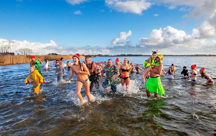 Oude tijden: rillend het water uit bij de nieuwjaarsduik in Lage Zwaluwe. Dit jaar gaat die niet door, deelnemers kunnen uitwijken naar Drimmelen of Terheijden.