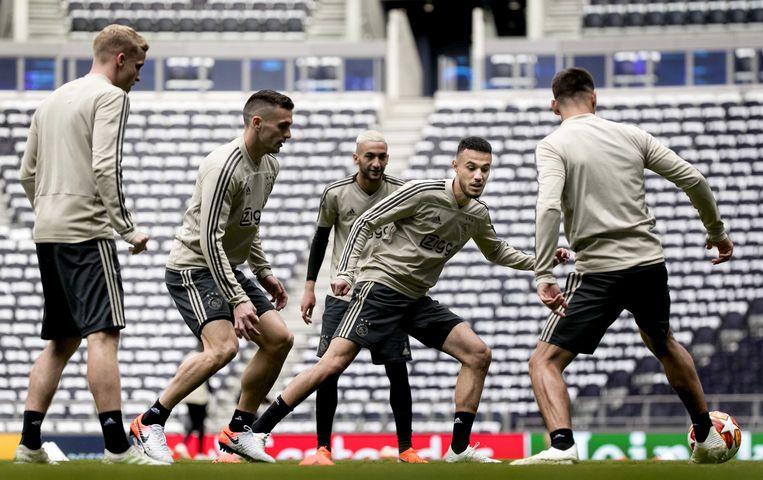 De Ajacieden, met onder anderen Tadic, Ziyech en Mazraoui, trainden gisteren in het stadion van Tottenham.
