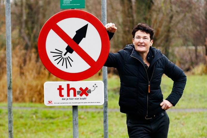 De borden in Park Bloeyendael in Rijnsweerd lijken hun werk te doen. Op de foto Mirjam Steinbuch, voorzitter van Stichting Bloeyendael.