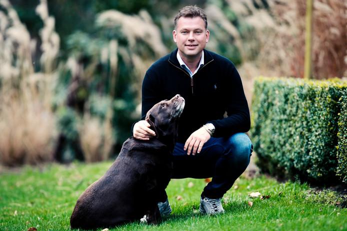 Hans van de Haar in de tuin van zijn huis in Stoutenburg, onder de rook van Amersfoort, met zijn hond Diva.