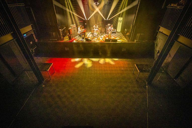 De Limburgse band DeWolff treedt op in een lege Muziekgieterij. Vanwege het coronavirus is er geen publiek bij het concert aanwezig.  Beeld ANP
