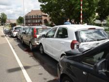 Zeven auto's klappen achterop elkaar op Socratesbrug in Utrecht