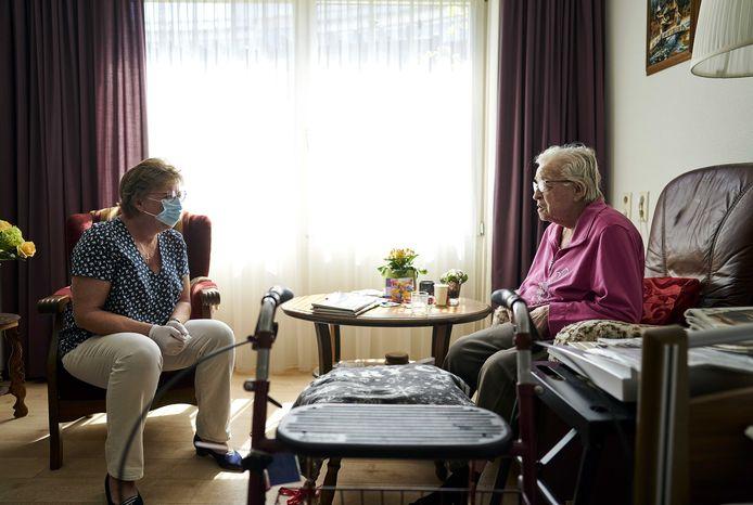 Verpleeghuizen in Nederland mogen nu weer één bezoeker per bewoner langs laten komen, maar er wordt een oproep gedaan om dat aantal te vergroten.