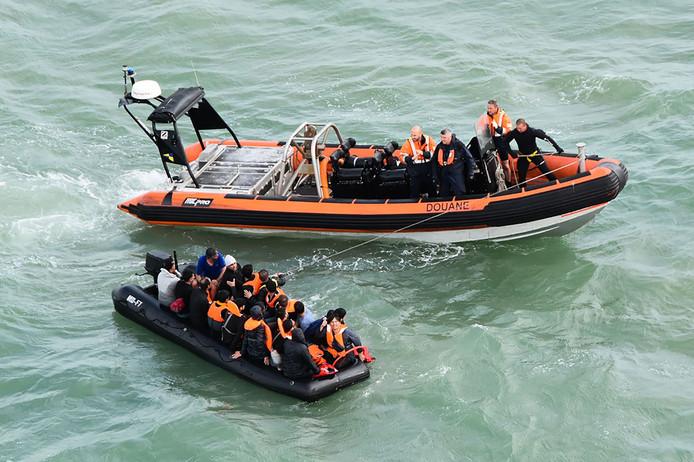 De Franse douane tijdens een reddingsactie van 20 migranten die Het Kanaal wilden oversteken, op 5 augustus voor de kust van Graveline en Cap Griz-Nez.