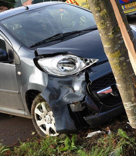 Zwangere vrouw knalt met auto tegen boom in Haagstraat Schaijk