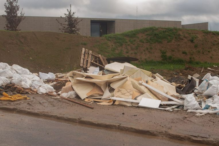 Het achtergelaten afval in de Siesegemkouter.