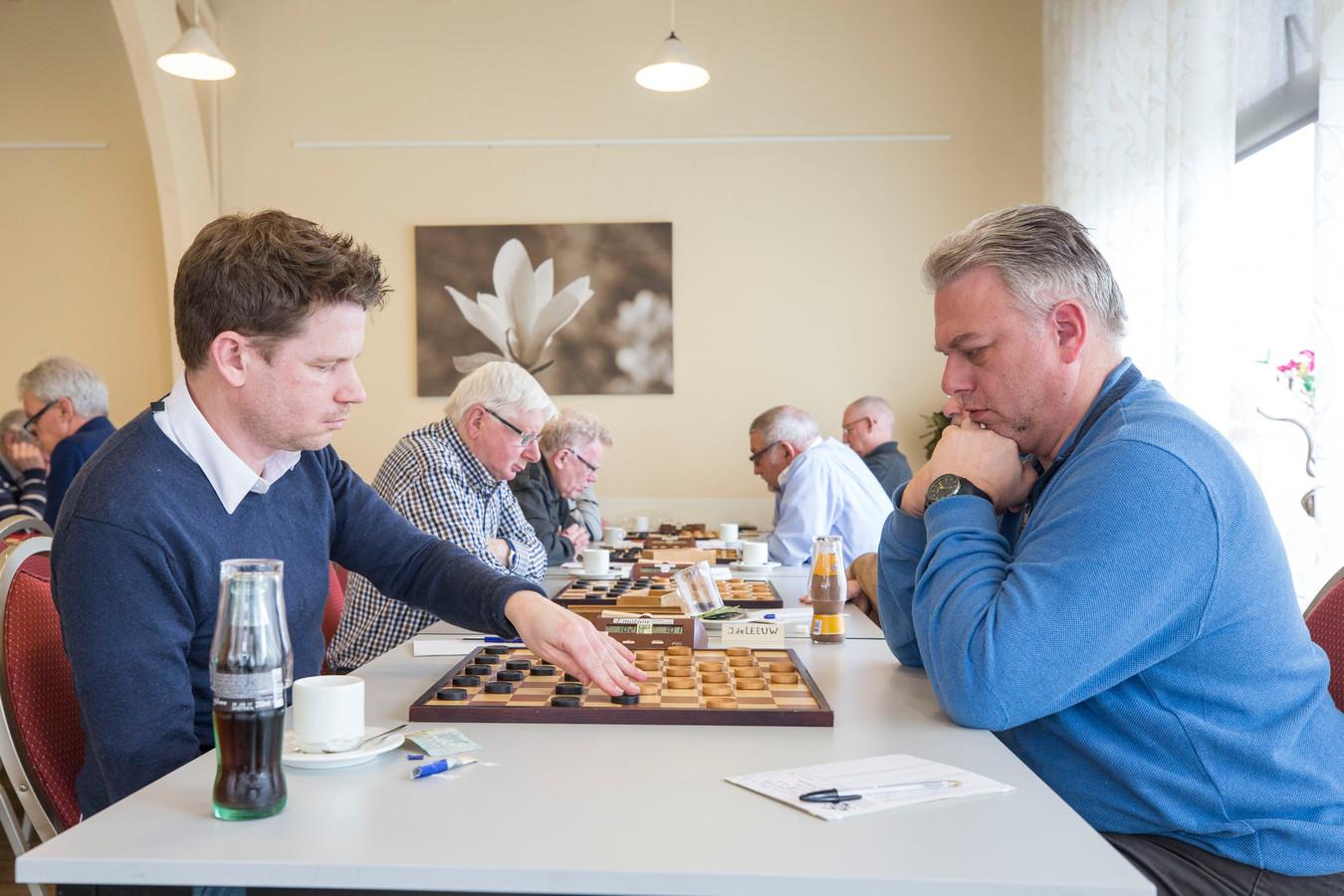 Johnny de Leeuw en Arjo Kousemaker, twee sterke dammers, zijn dit seizoen niet volledig inzetbaar voor PWG 's-Gravenpolder.