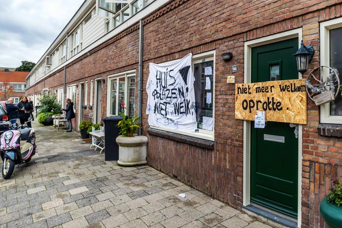 Bewoners van de Vlierboomstraat willen niet dat verwarde buurvrouw terug komt in haar woning.