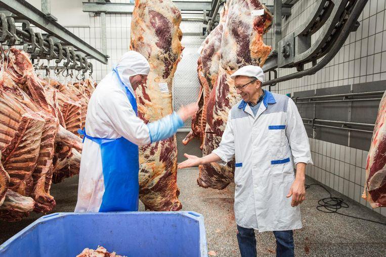 Chris Overdevest (r) zoekt bij Eric Kouwenhoven in het abattoir in de Jan van Galenstraat een koe uit Beeld Dingena Mol