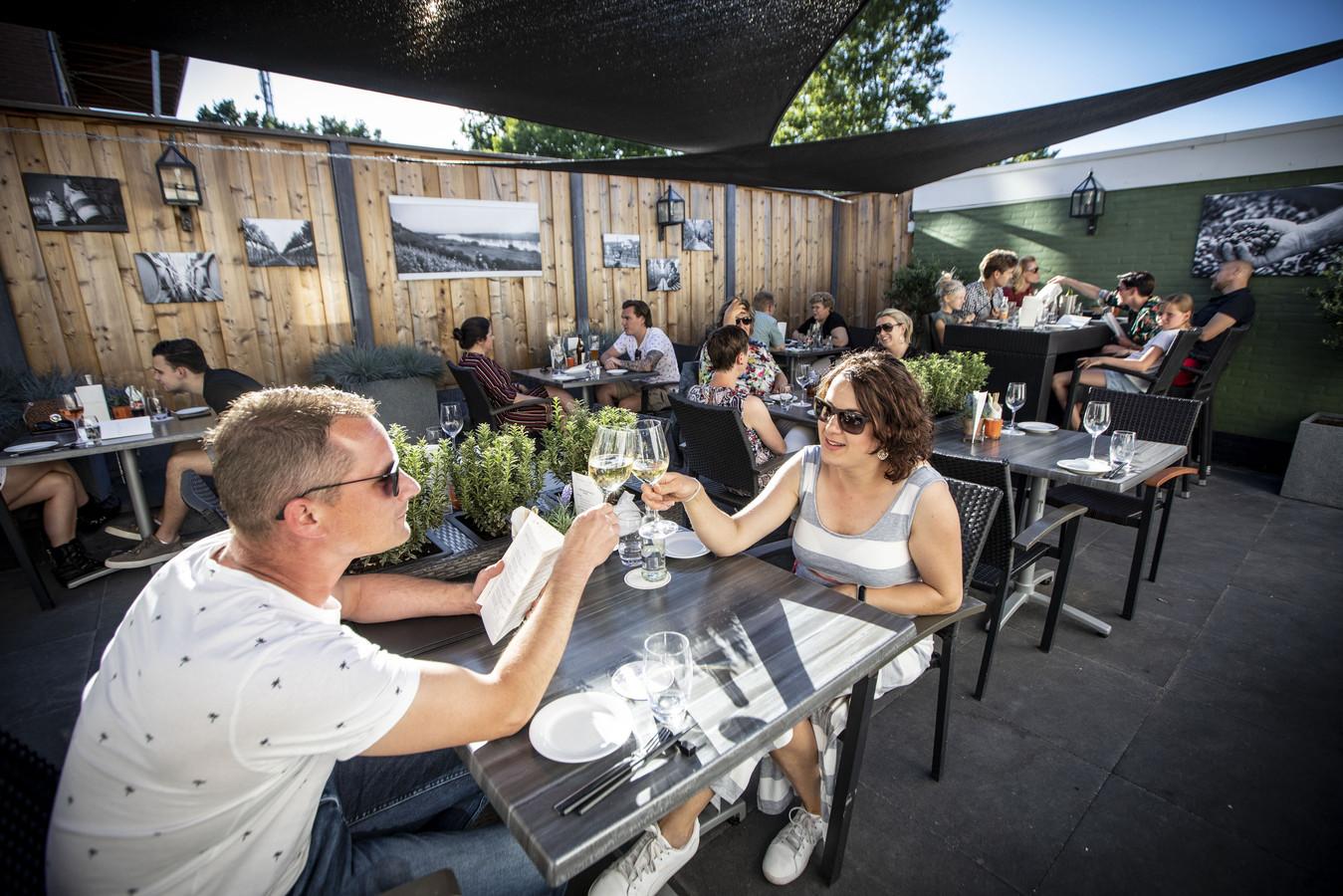 Volle bak in de binnentuin van Wine & Bite in Oldenzaal