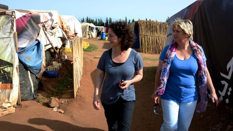Femke Halsema en Tineke Ceelen in een klein tentenkamp in Libanon. Beeld Herman Volker, Stichting Vluchteling.