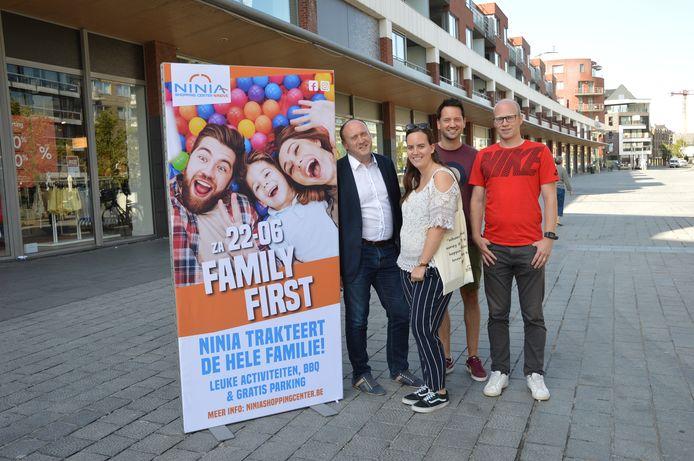 De organisatoren van de Family First day aan het Ninia Shopping Center.