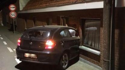 Automobilist rijdt huis binnen en slaat vervolgens op de vlucht: bewoner ontsnapt aan de dood