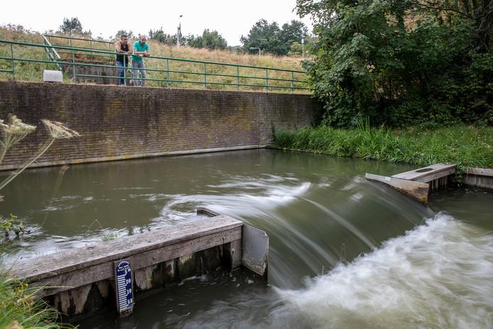 Grebbesluis staat ondanks droogte nog open richting de Grift zodat er nog steeds water uit gepompt mag worden voor besproeiïng