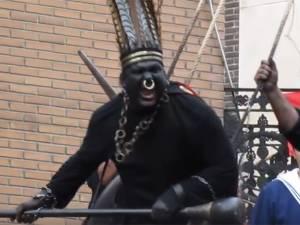 """Le """"Sauvage"""" de la Ducasse d'Ath, un personnage raciste? L'UNESCO appelée à réagir"""