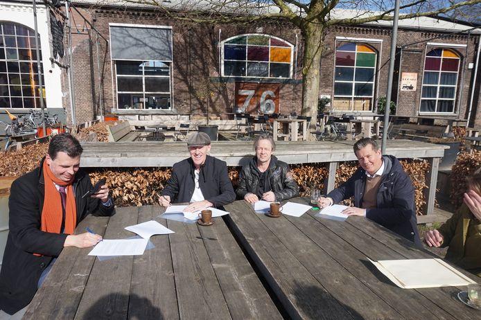 Wethouder Berend de Vries (hij filmt de ondertekening), Gerard Korthout (Boemel), Erwin Schellekens (Club Smederij) en Rien van Linschoten (RAW).