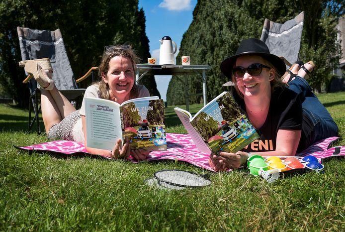 Utrecht - Veronique van Campen (links) en Joyce Roskamp met hun Leidsche Rijn Vakantie Doe Boek (Foto Marnix Schmidt)