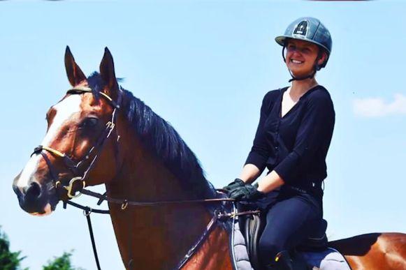 """Met paarden bezig zijn, Sarra Van Avermaet deed niks liever. """"In de jeugdreeksen had ze verschillende kampioenstitels behaald"""", vertelt Glenn Maes van de Vlaamse Liga Paardensport."""