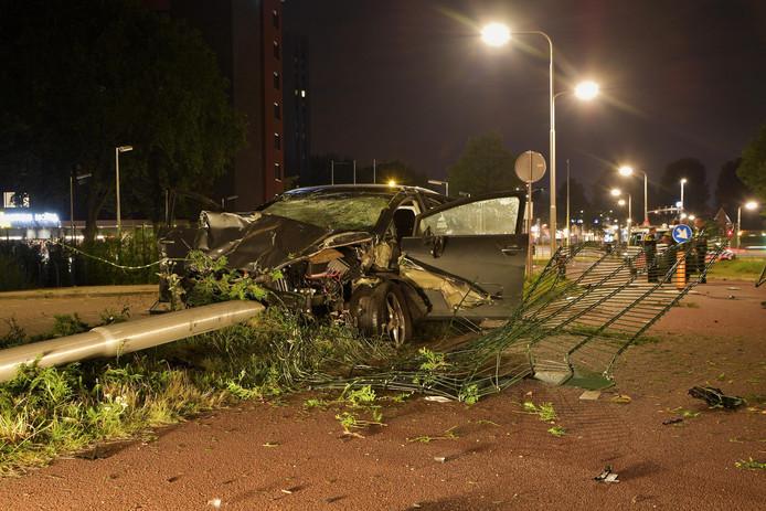 Tegen een lantaarnpaal kwam de auto tot stilstand.